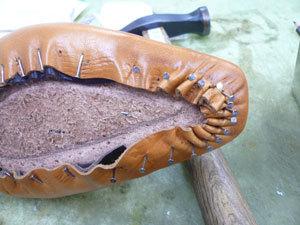 靴作り・先芯吊り込み�C.jpg